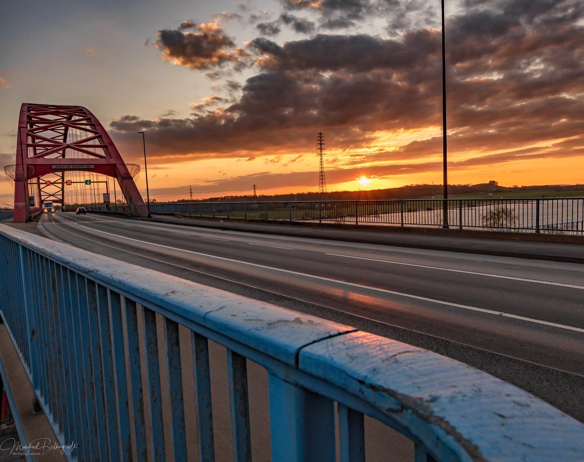 Brücke der Solidarität, Sonnenuntergang