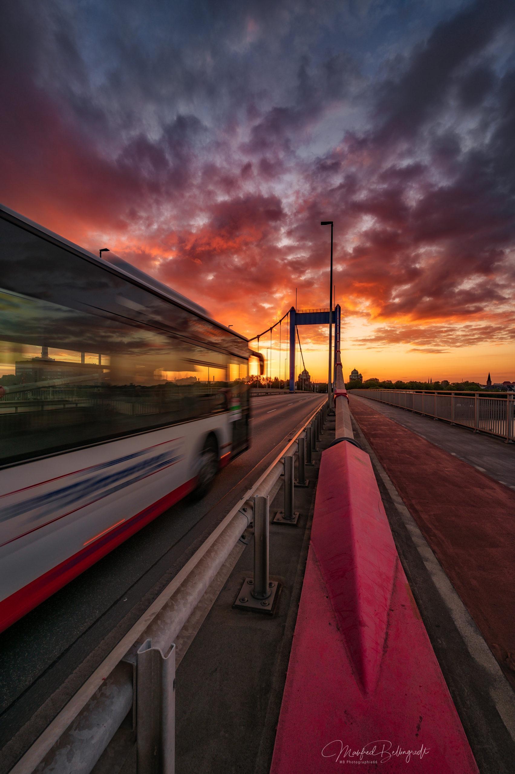 Busblitz, Ruhrorter Brücke im Sonnenaufgang