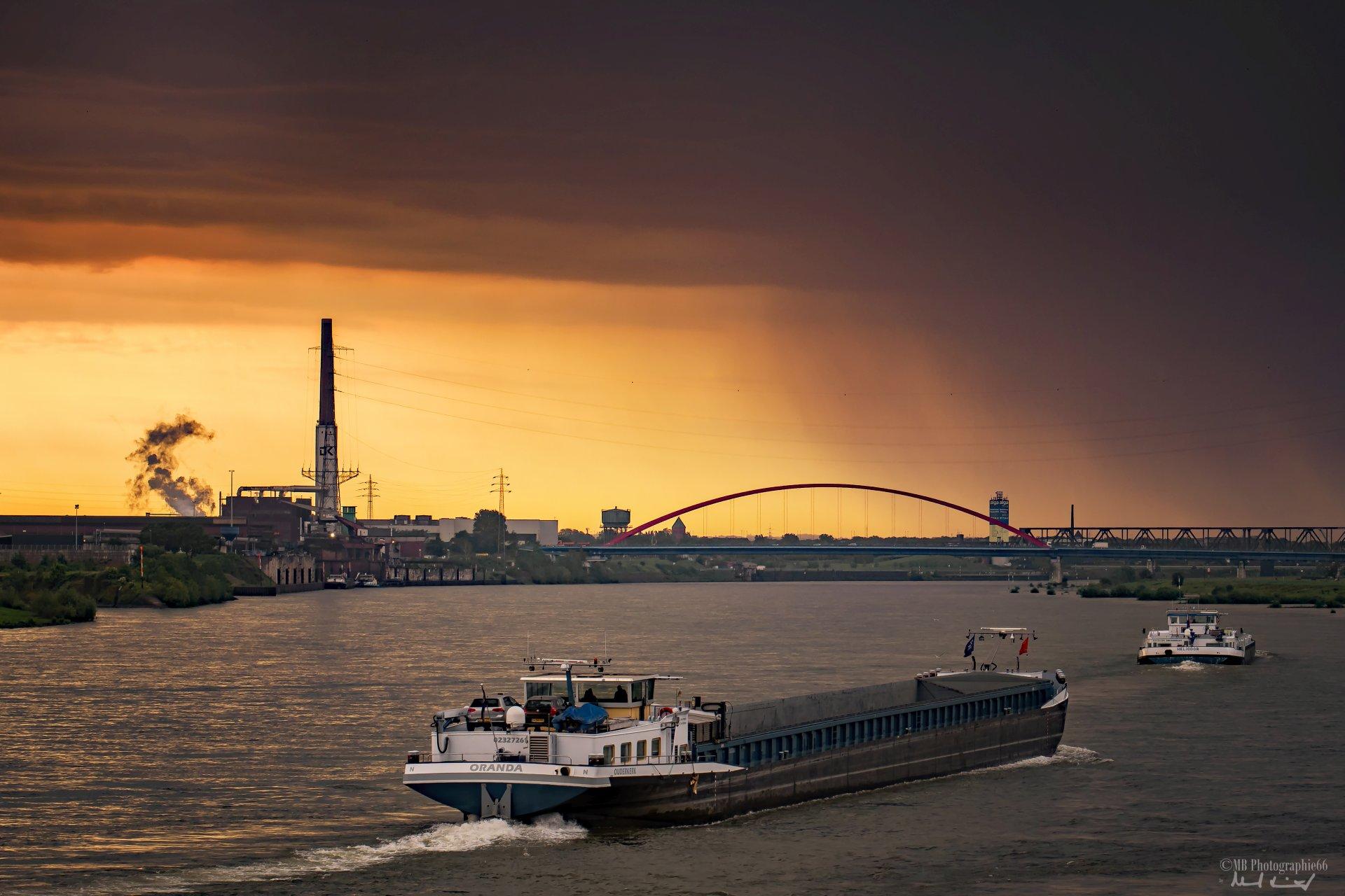 Schiff auf dem Rhein bei Gewitter und Sonnenaufgang