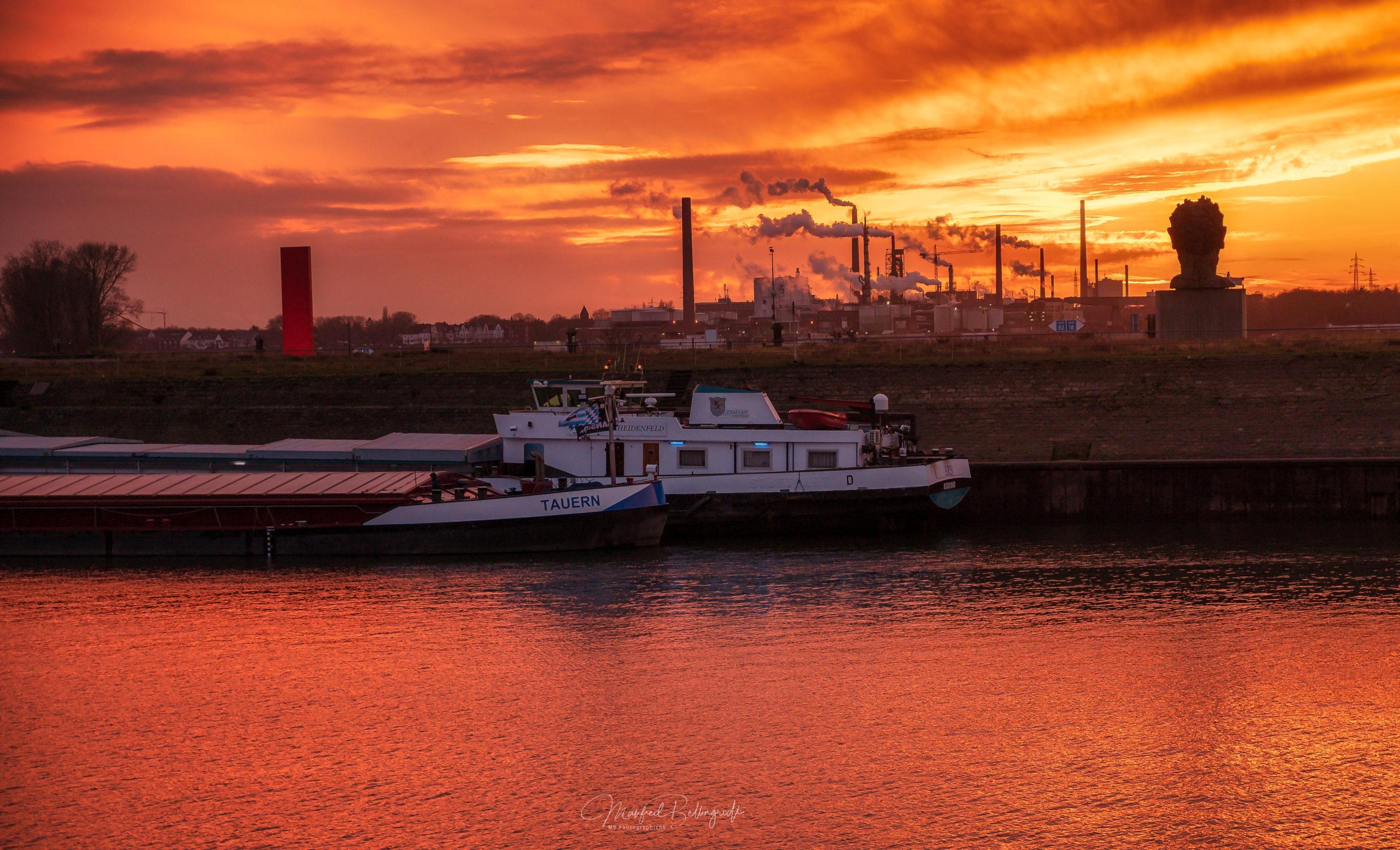 Sonnenuntergang vor Hafenkulisse in Duisburg Ruhrort