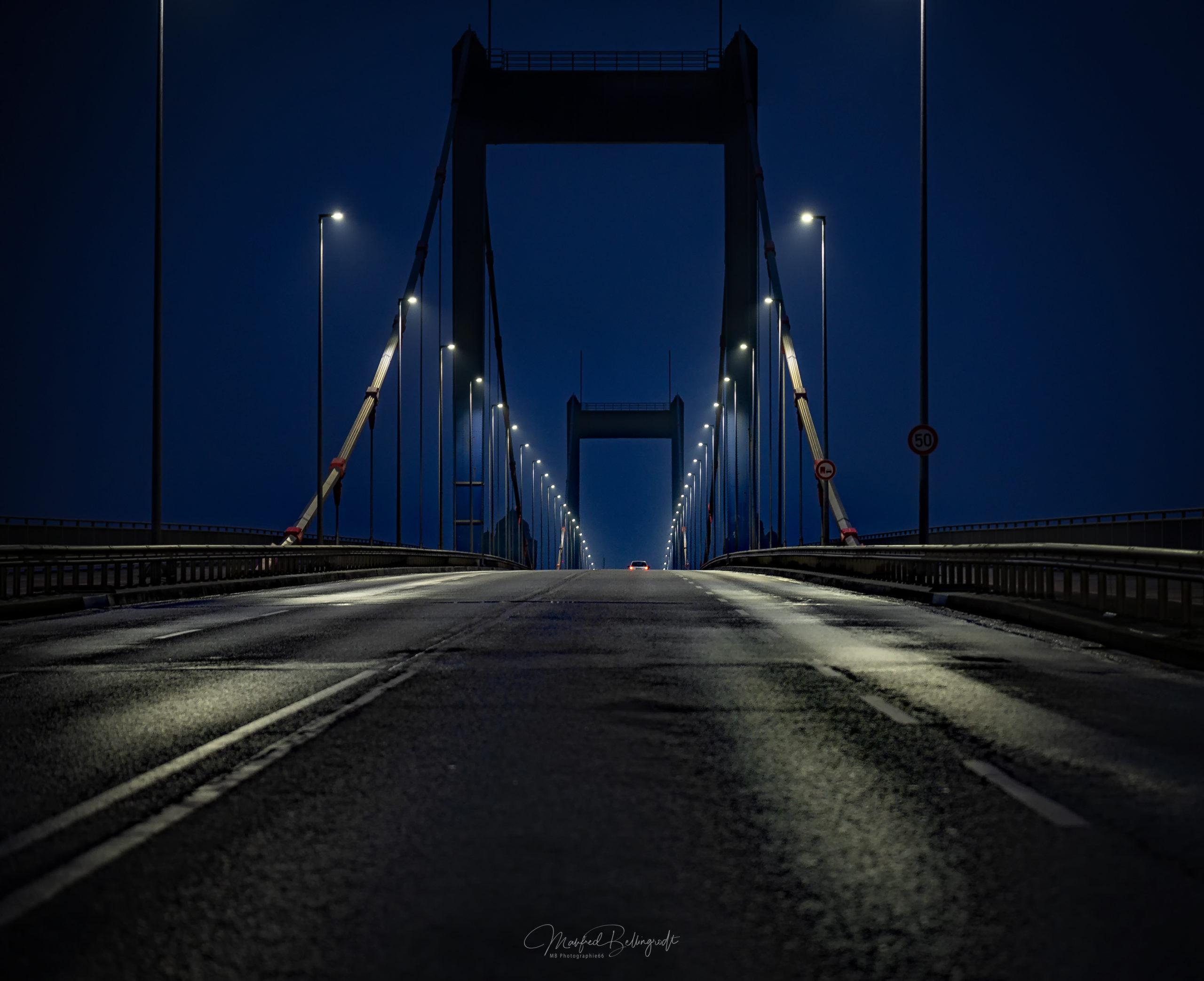 Die Friedrich-Ebert-Brücke in Duisburg am frühen Morgen